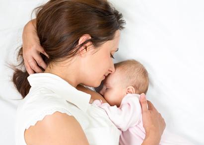 une maman heureuse qui allaite son bébé