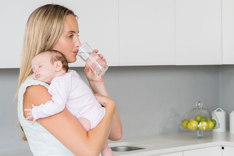 Buvez beaucoup d'eau lorsque vous allaitez.