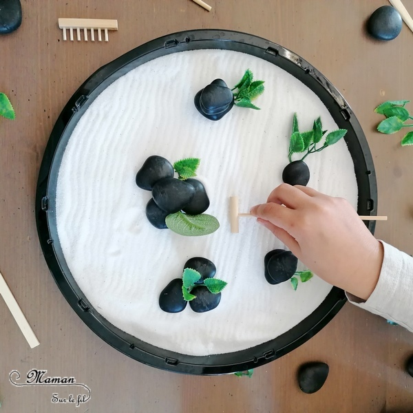 Activité créative et sensorielle enfants - Bac sensoriel et de motricité fine type Jardin zen Japonais - Sable blanc, galets noirs, feuilles vertes, insectes, papillons, fleurs, printemps, mare - Invitation à créer et à jouer - Imagination et relaxation - Créativité - Découverte de l'Asie et du Japon - Découverte d'un pays - Espace et géographie - arts visuels éphémère et atelier maternelle et Cycle 1 et 2 - mslf