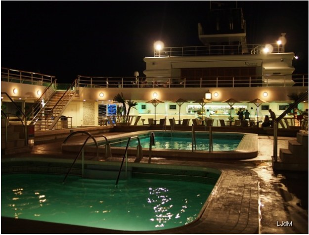 piscine_by_night