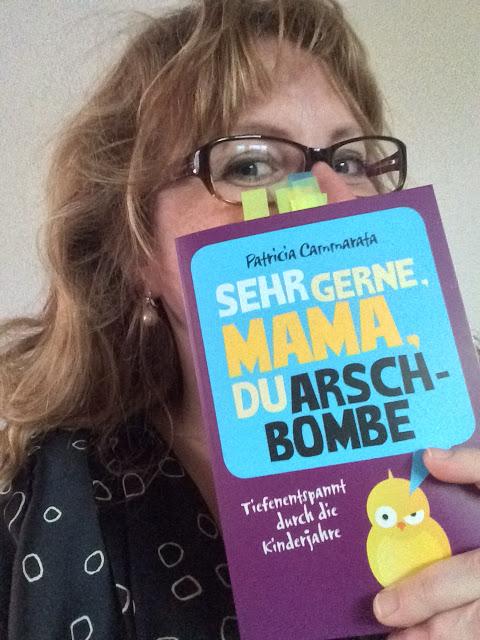 Patricia Cammarata: Sehr gerne, Mama, du Arschbombe. Tiefenentspannt durch die Kinderjahre. Bastei Lübbe 2015, 238 Seiten für 8,99 €. ISBN 978-3-404-60840-9