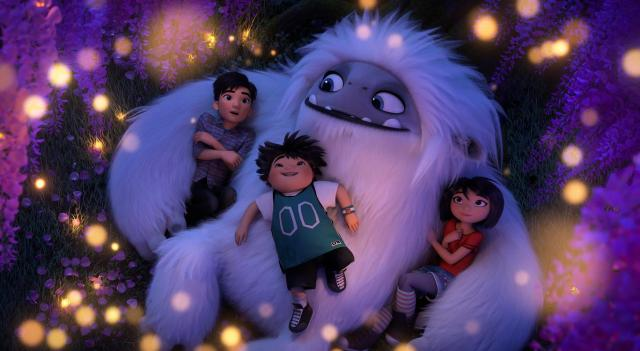 Everest: De Jonge Yeti  (from left) Jin (Tenzing Norgay Trainor), Peng (Albert Tsai) and Yi (Chloe Bennet) with the Yeti, Everest, in DreamWorks Animation and Pearl Studio's Abominable, written and directed by Jill Culton.