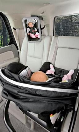 Spiegel in de auto waardoor je je baby altijd in de gaten kan houden
