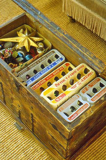 Via: Pinterest Una idea económica son los cartones de huevos, ideales para guardar los adornos.