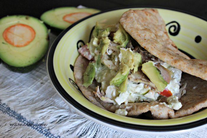 Pita Sandwich de Ensalada Griega y Aguacates
