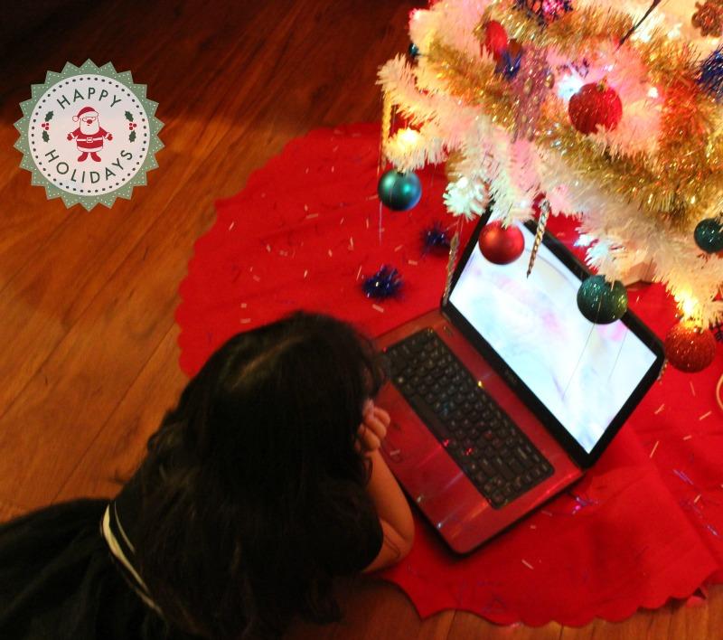 Sarah mirando su video personalizado de Santa