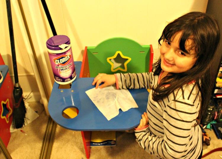 Sarah limpiando su habitación