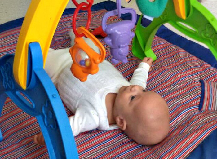 bebé, juguetes, crianza, paternidad, familia, niños, crianza con apego