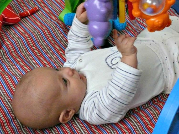 bebé,juego, manos, desarrollo, romina tibytt, mamá xxi, educación, estimulación, primer año bebé, 5 meses bebé
