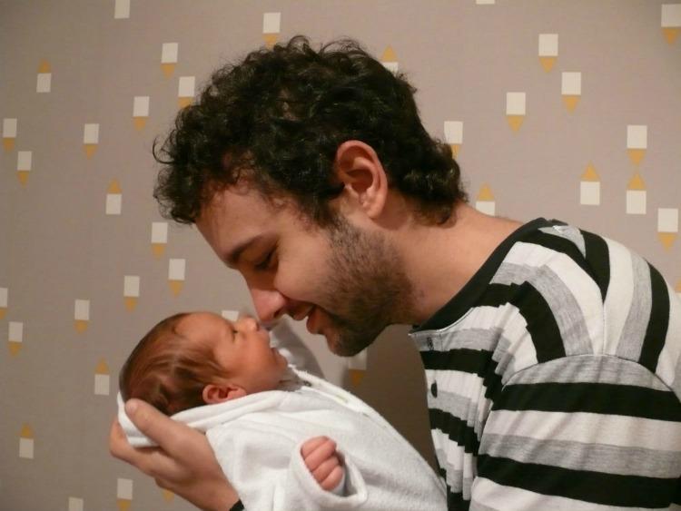bebé, recién nacido, familia, padre, hijos, paternidad, crianza, crecimiento