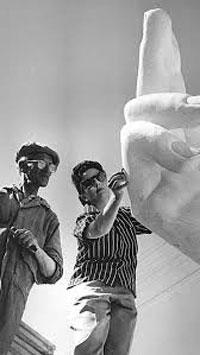 La scultrice J.Madera all'Avana nel 1958