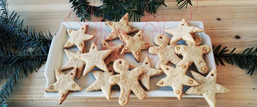 Sablés croustillants aux épices et à la cassonade à suspendre dans le sapin de Noël.