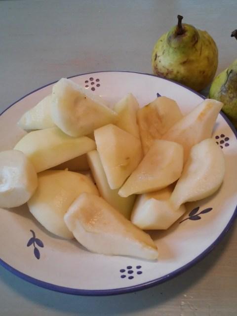 Pelez et épépinez les poires avant de les couper en 4 quartiers.
