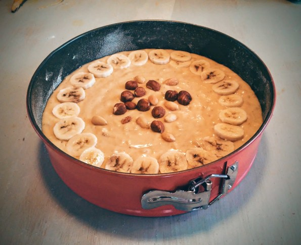 Décorer de quelques rondelles de banane et de noix et noisettes de toutes sortes.