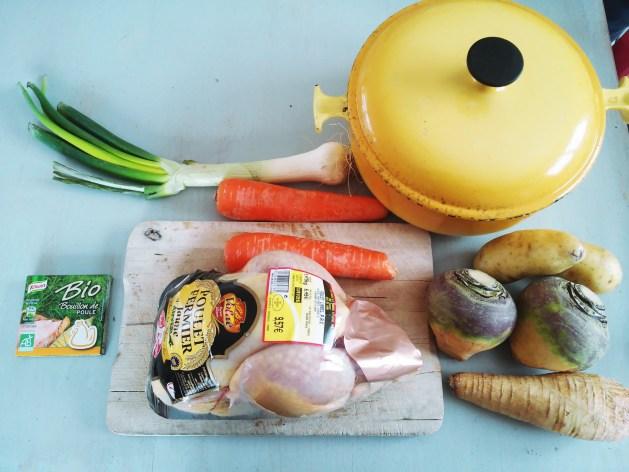 poulet entier, légumes anciens, bouillon et épices