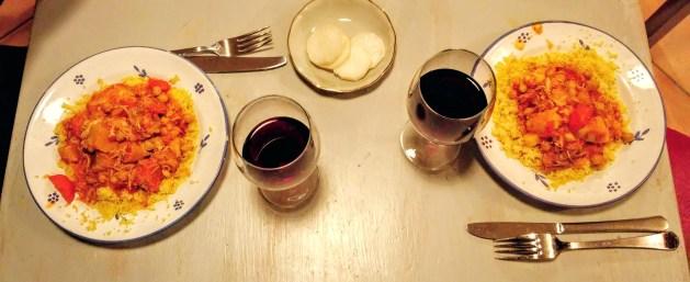 couscous de poulet servi avec de la semoule et accompagné d'un verre de vin rouge