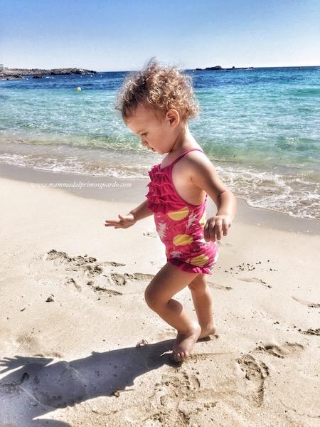 bambino cammina sulle punte