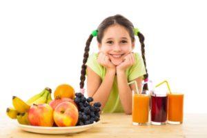 Bambina con succhi di frutta 300x200 - Succhi di frutta vietati ai bambini piccoli