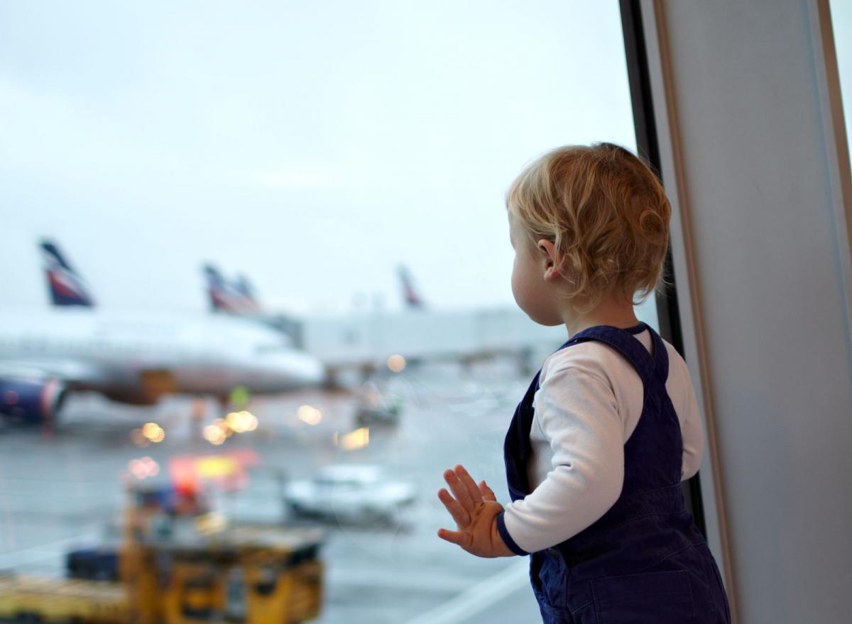 un bimbo in aereo