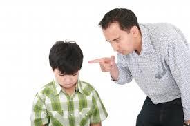 papà sgrida suo figlio