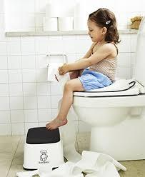 bambina impara ad usare il water