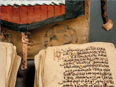 Páginas sueltas del Corán guardadas en una caja portátil. Granada o Norte de África, Finales del siglo XV
