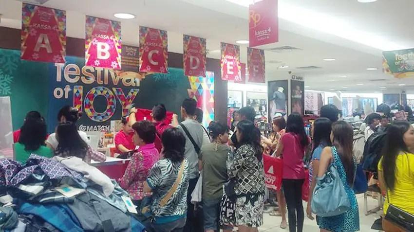 antrian warga berbelanja baju di manado jelang natal