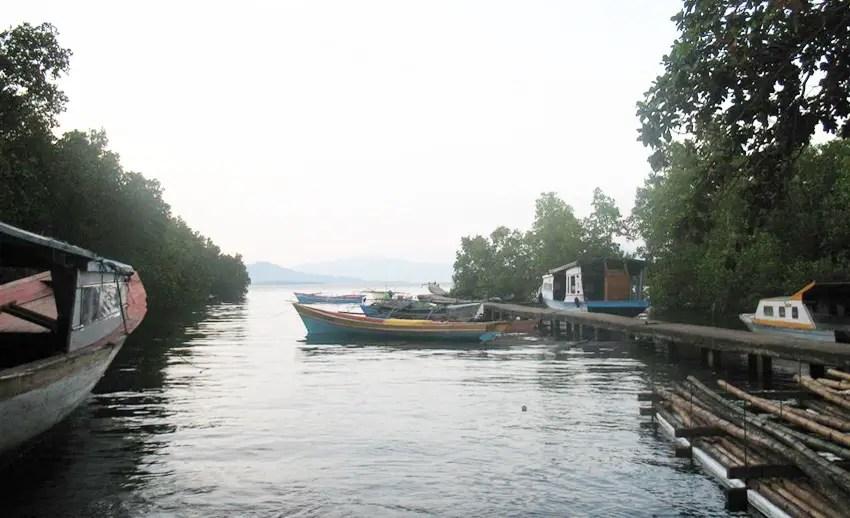 dermaga perahu di desa tinongko mantehage. tampak seperti di sungai vietnam ya... (by panoramio.com)