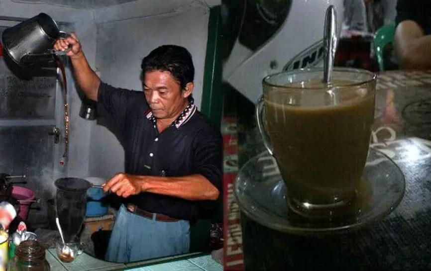seduh kopi di jalan roda manado