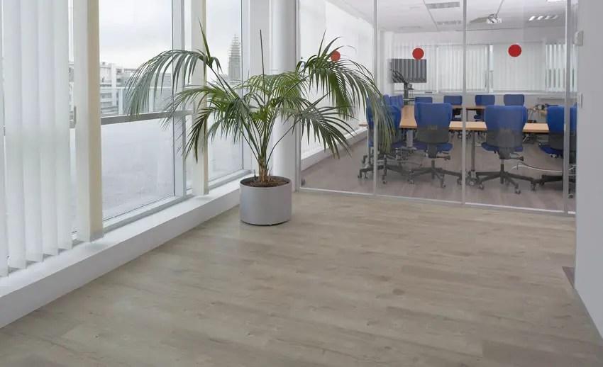 lantai vinyl merk meigan mewah diaplikasikan pada ruangan kantor