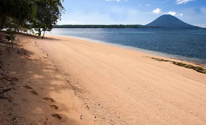 view pulau manado tua dari pulau siladen