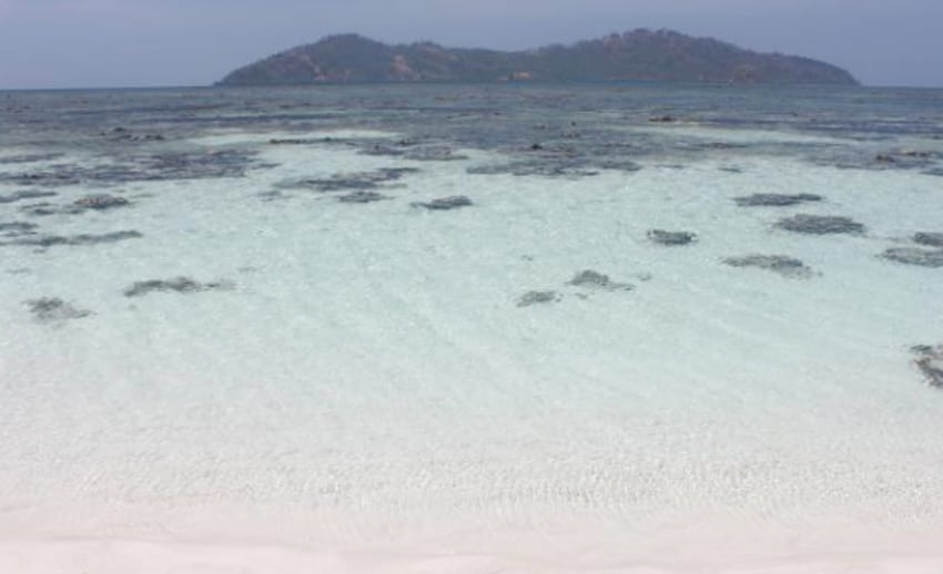 pulau nain besar terlihat jelas dari pasir timbul nain