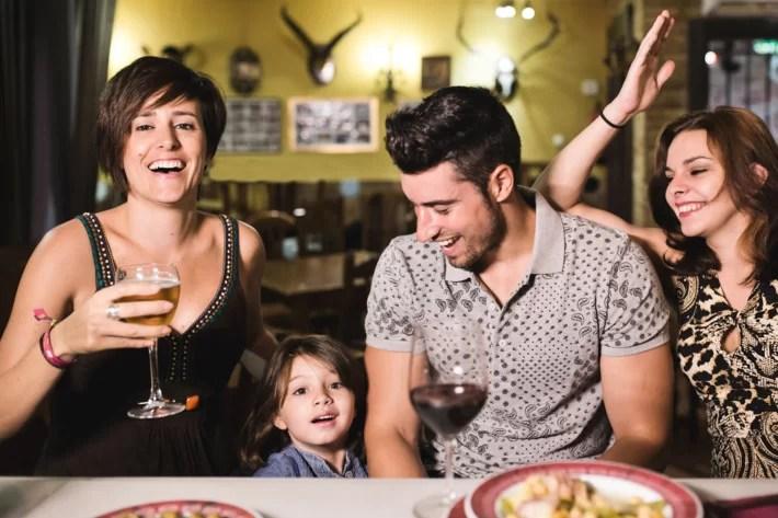 rodzice z millenials w restauracji