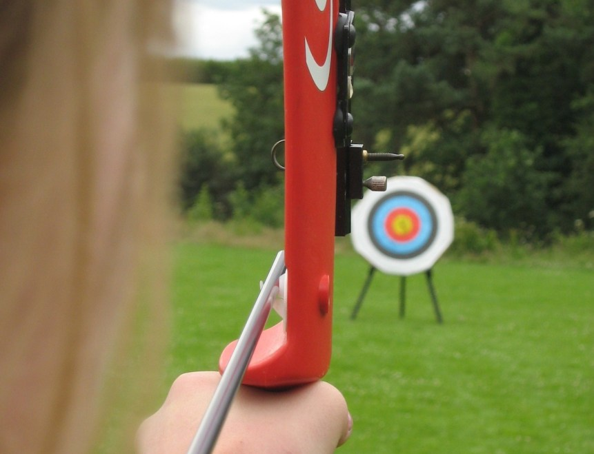 Devizesbowmen shooting a recurve bow at archery target. (c) Jethrothompson (CC BY SA 3) Via Wikimedia.
