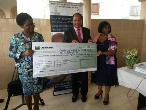Remise de chèque par ORABANK - Alimentation scolaire : ORABANK octroie  14.025.000 FCFA pour soutenir le programme