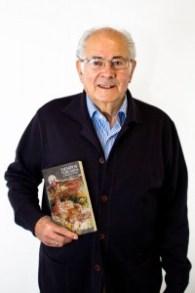 J. Tomás Ruiz Chica posa junto a uno de sus libros en 2013