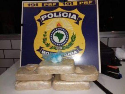 Droga foi encontrada com mulher dentro de ônibus que seguia de Natal para João Pessoa (Foto: Divulgação/PRF)