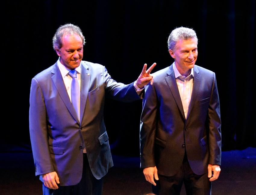 Os candidatos a presidência da Argentina Daniel Scioli (esq.) e Mauricio Macri durante debate em Buenos Aires.