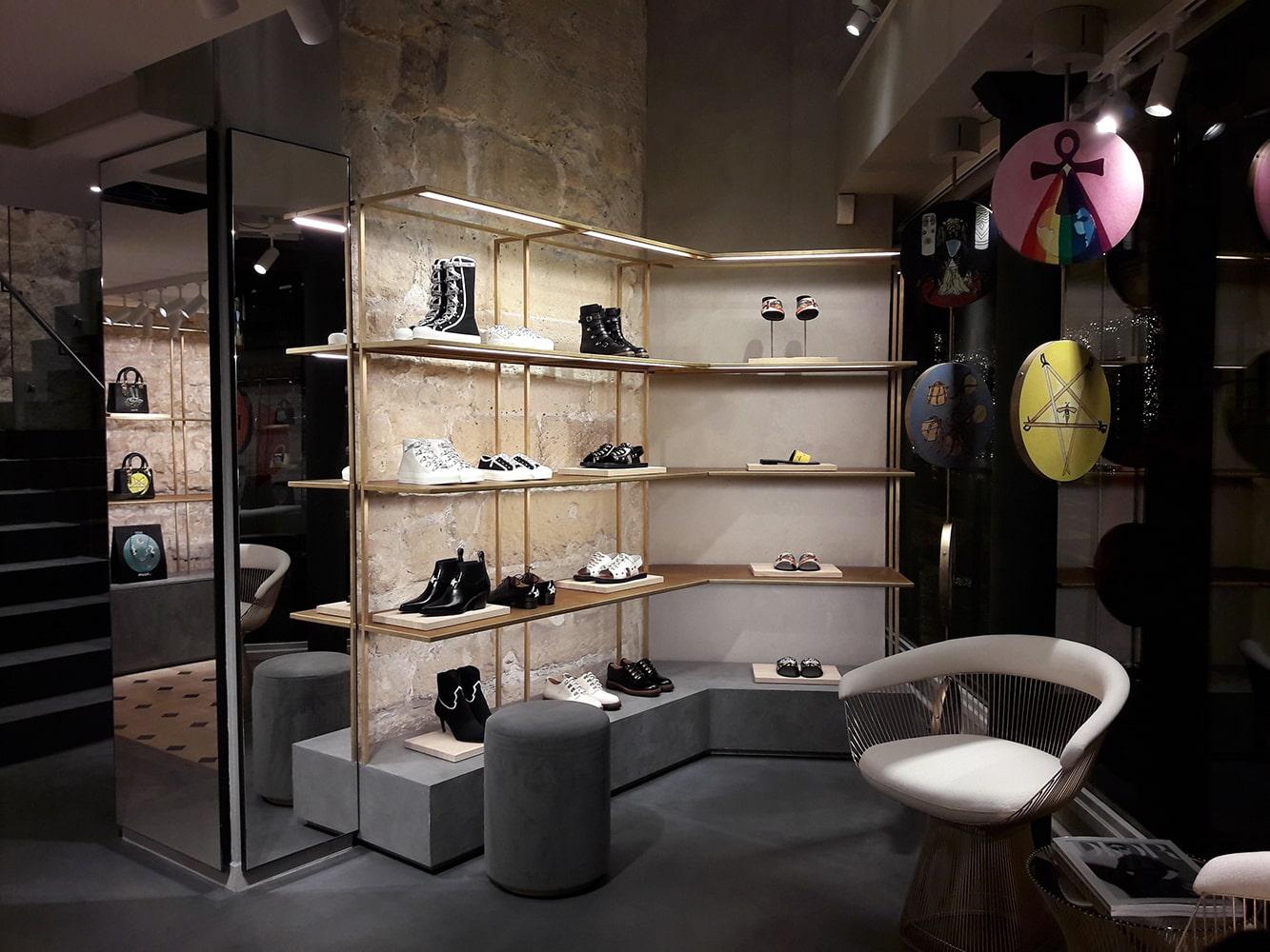 une boutique de chaussure