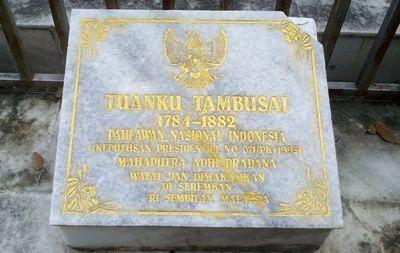 Prasasti di luar pagar makam Tuanku Tambusai