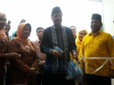 Terlihat dalam gambar Gubernur sumut di dampingi Bupati Madina memotong pita pembukaan Pameran Pembangunan.
