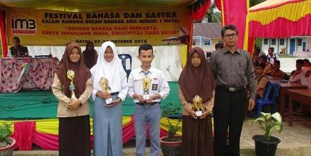Sejumlah pelajar SMA Negeri 1 Natal peraih juara foto bersama dengan kepala sekolah