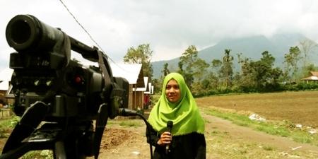 seorang wartawati melaporkan langsung dari lokasi bencana