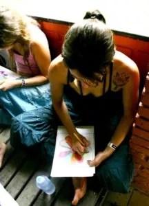 Simona che disegna e colora un mandala
