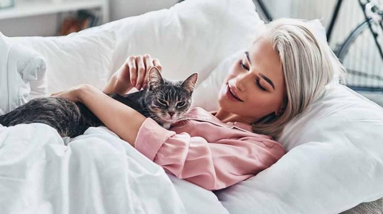 Una mujer con su gato