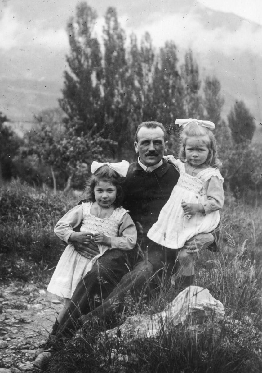 Hélène et Liliane sont-elles dans les bras de leur père ?