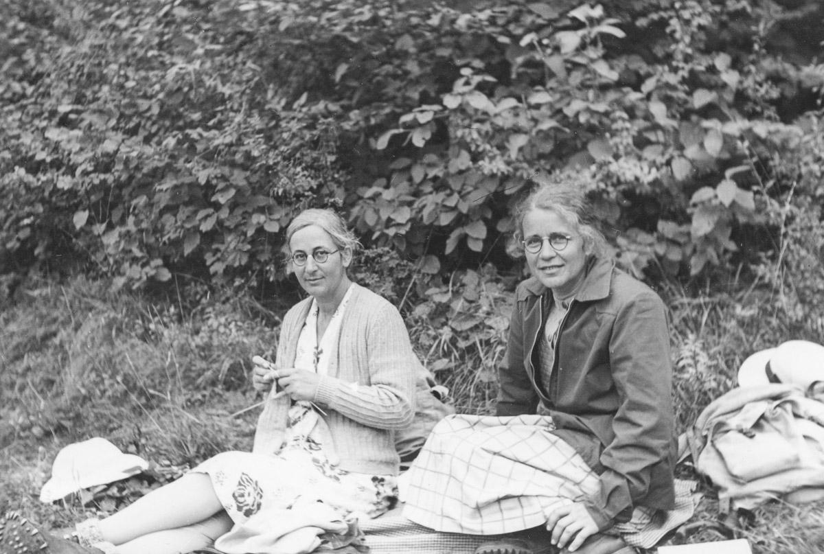 Une des rares images de l'album où les sœurs sont photographiées ensemble
