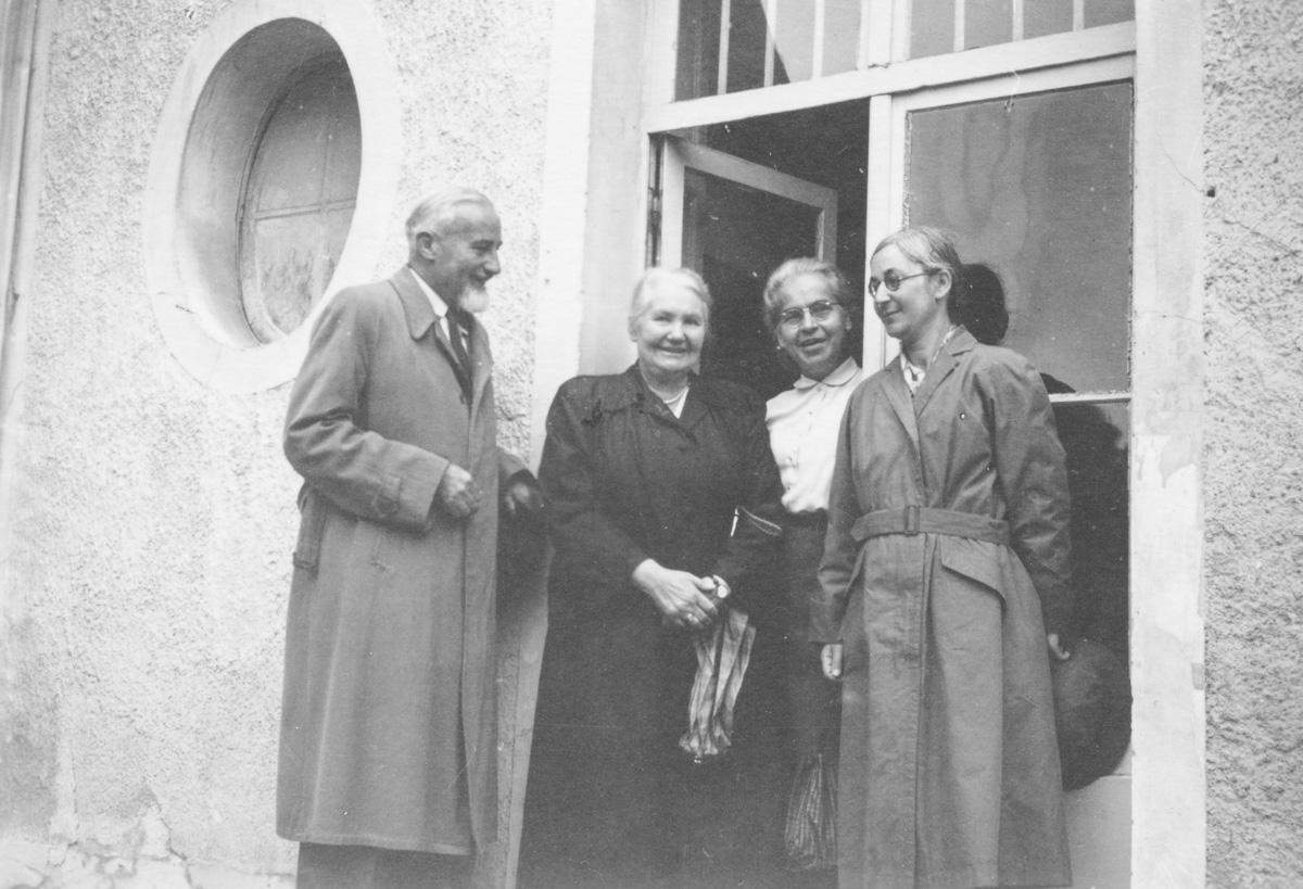 Avec Mme Kurz, M. et Mme van der Meulen au congrès à Bièvres le 12 août 1954