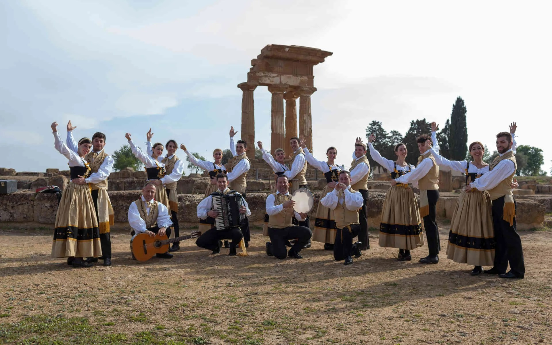 gruppo val d'akragas in costume tipico siciliano