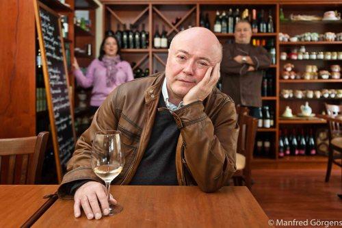 """Journalist Bernd Geisler zerlegt in """"Der geschmackvolle Tod"""" seine Leiche geradezu kulinarisch. Die Idee entstand bei einem Glas Wein in der Wermelskirchener Trattoria von Anna-Rita und Emidio Fanelli. Deren Gäste sollten zum Buchgeschehen beitragen. Also schrieb Geisler zunächst Exposé und Plot, die er dem Publikum vorstellte, um auf der Höhe des Geschehens die Lesung abzubrechen und auf Zurufe für den weiteren Tathergang zu warten."""
